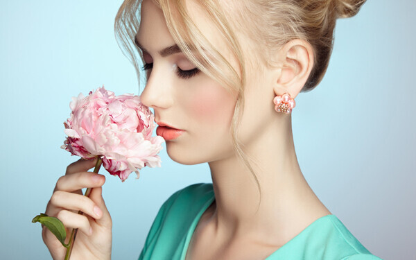 花のにおいをかぐ美しい女性