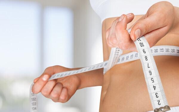 腹筋まわりのサイズを測る女性