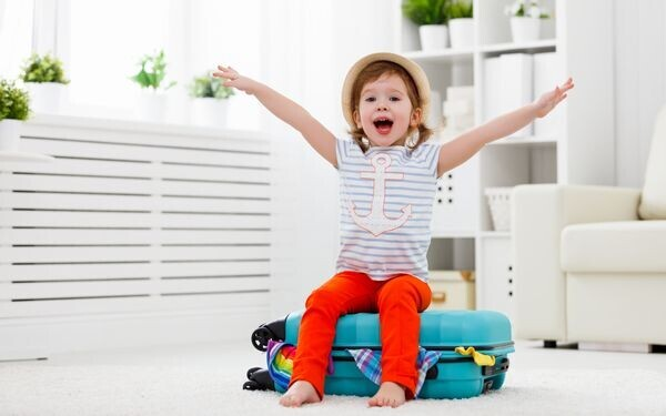 スーツケースと子ども