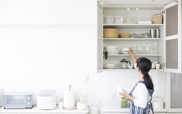 キッチンを片付ける主婦