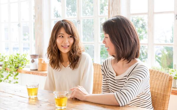 語り合う女性2人