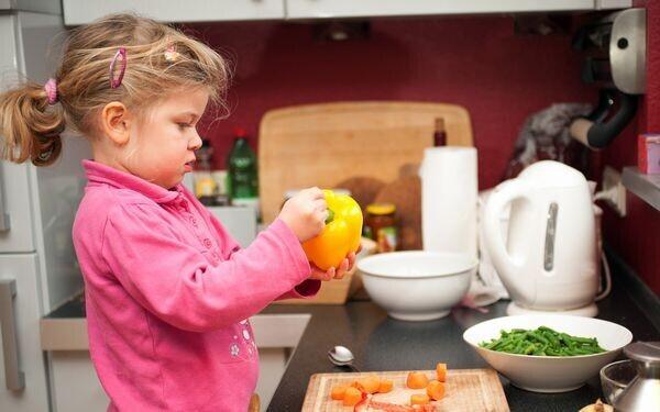 料理をする子ども
