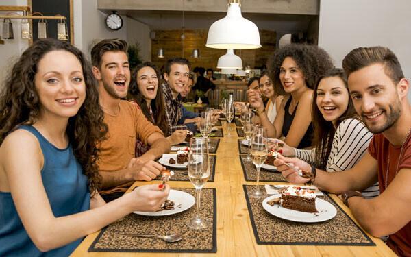 友人たちと一緒に会食