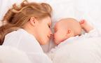 「添い寝」「添い乳」のリアルな実態 メリット、デメリットは?