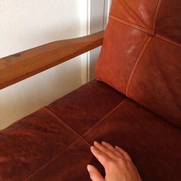 経年変化によってレザーの色に濃淡が出てきます。よく座ることでレザーも少しずつ柔らかくなってきます。