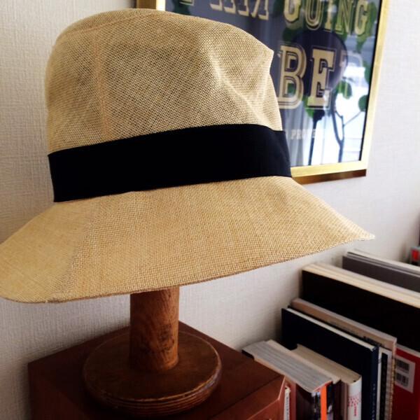 帽子スタンドはアンティークで、元は糸巻きだったもの。フランスのどこかの工場から? 家庭で使われていたもの?