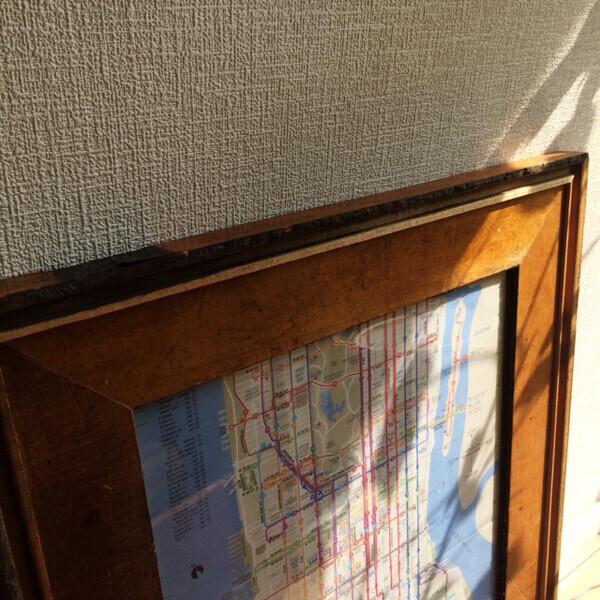 フローリング板をリメイクして作られた額縁。アメリカの家屋を解体した廃材を再利用したものだそう。