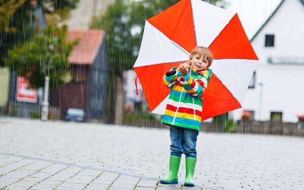 雨の日には危険がいっぱい! 子どもとのおでかけで注意したいこと