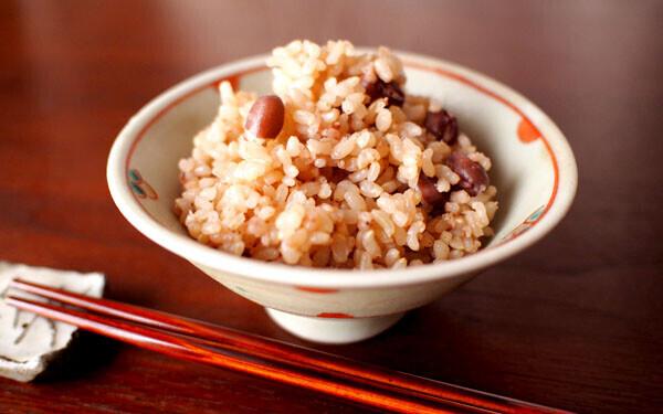 お椀によそわれた玄米(小豆入り)
