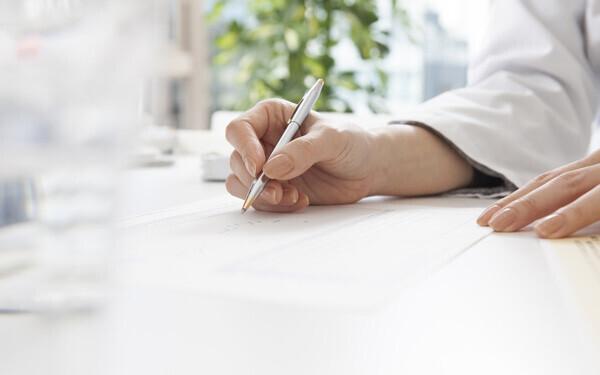 ペンを持つ女性の手