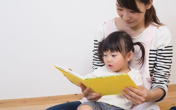 絵本を読む母子