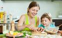 子どもと一緒にできる! 餃子の皮で作る「速攻おつまみ&おやつ」レシピ