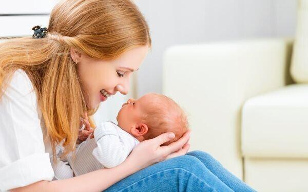 赤ちゃんとスキンシップをする母親