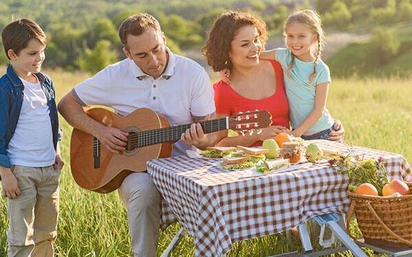 家族4人ピクニック、パパギター