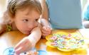 子どもの「おやつの食べすぎ」を防ぐには? 今日から始めたい5つの対策法