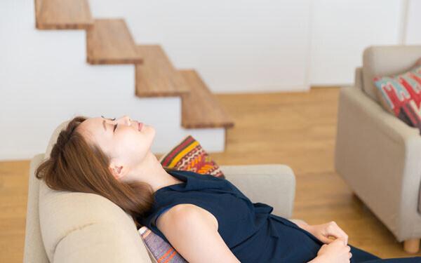 ソファで仮眠をとる女性