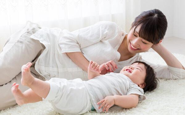 子どもに添い寝するお母さん