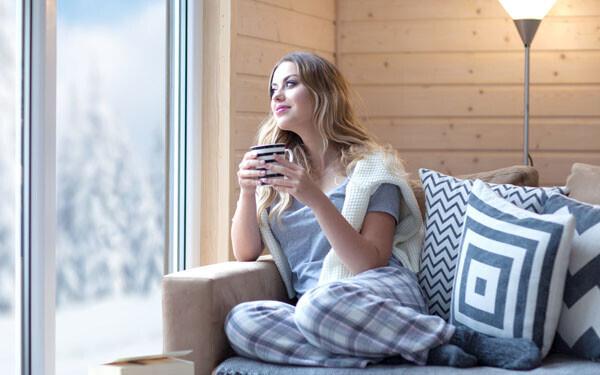 パジャマ姿でのんびり過ごす女性