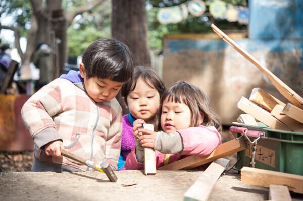 火おこしに泥んこ遊び 自由な遊びが子どもを育む「プレーパーク」ってどんなとこ?