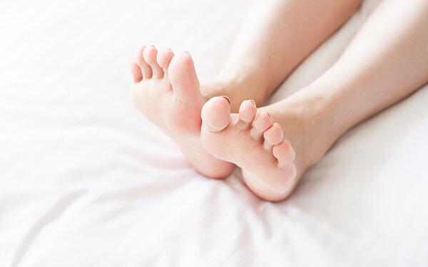 寝ている女性の足