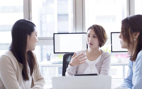 職場で談笑する女性たち