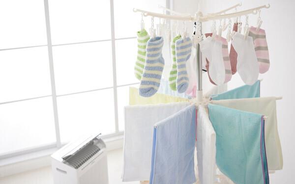 部屋干し派が半数以上。梅雨どきのいやな生乾きの洗濯物のにおい、どうしてる?【パパママの本音調査】  Vol.126