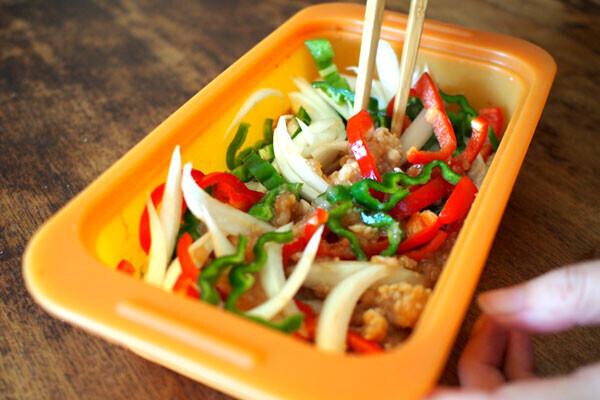 お肉も野菜もパクパク食べる! レンジで簡単「ガパオどんぶり」【1品で大満足! こどもどんぶり Vol.1】