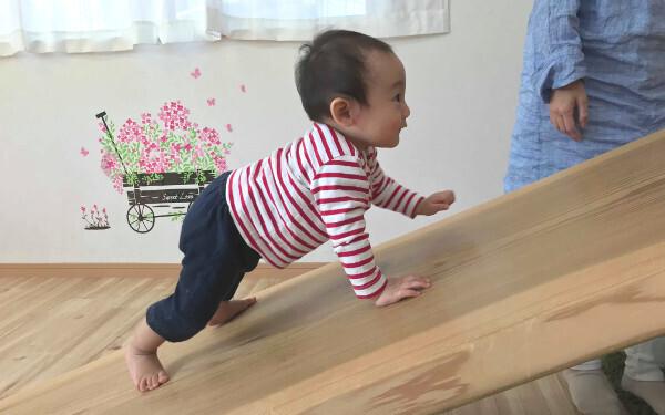 抱っこ、ハイハイ、よちよち別の足育法「骨を強くするデコボコ、足を育てるグラグラ」【いつから? どうやって? 疑問だらけの子どもの足育 第2回】