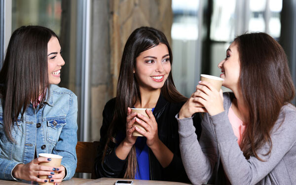 会話している3人の女性たち