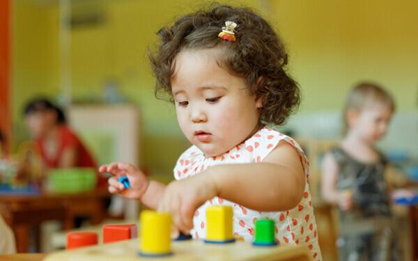 小さい子どもとモンテッソーリ玩具