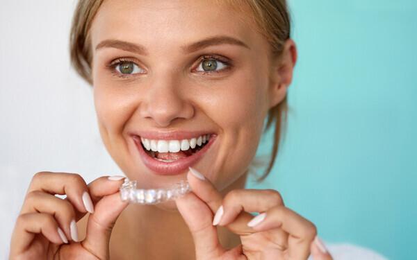 【歯科医監修】ホワイトニングはどこも同じじゃない? おうちでホワイトニングいろいろ