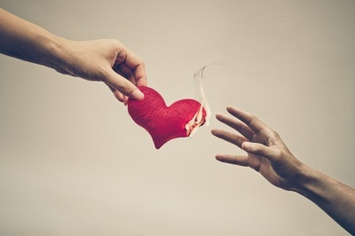 「ひとりで生きる」と「誰かと生きる」、結局どちらが幸せなの?