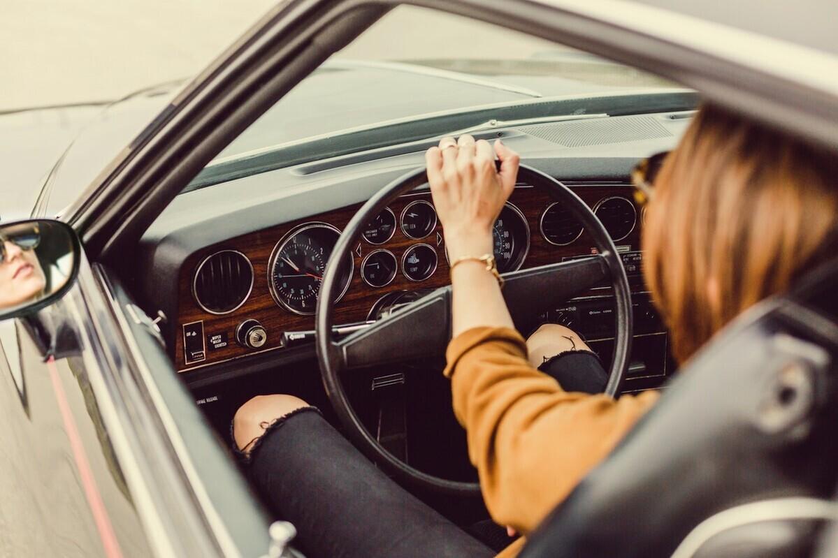 チャイルドシートを助手席に付けるのは危険? 考えられるリスクとは