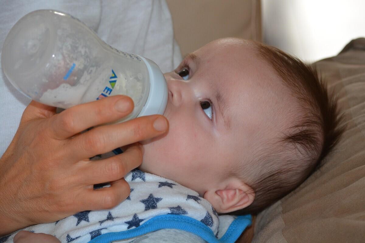 粉ミルクは何を基準に選べばよいの? 基本知識からアレルギー対策やオーガニック粉ミルクなどのおすすめまで紹介