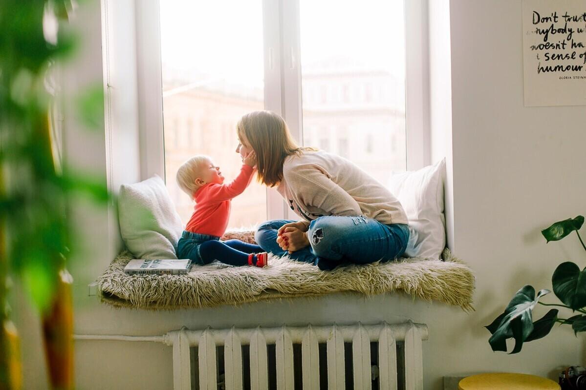 赤ちゃんがストローを使えるのはいつから? 練習方法や注意点も紹介