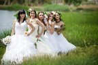 結婚式に花嫁が10人? ゲイカップルがウェディングドレスの女友達を招待
