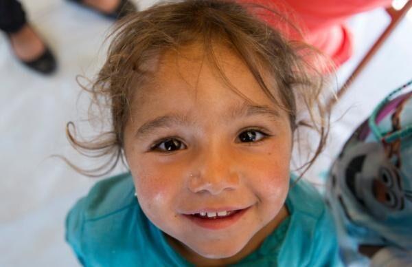 ギリシャの難民キャンプで暮らす13歳の少女が見た世界