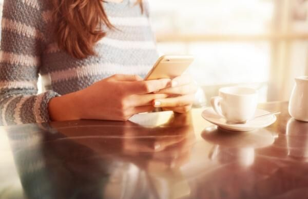 有給休暇中でも…職場からの電話に4割が「すぐ出る」、7割が「メールはその日中に返信」