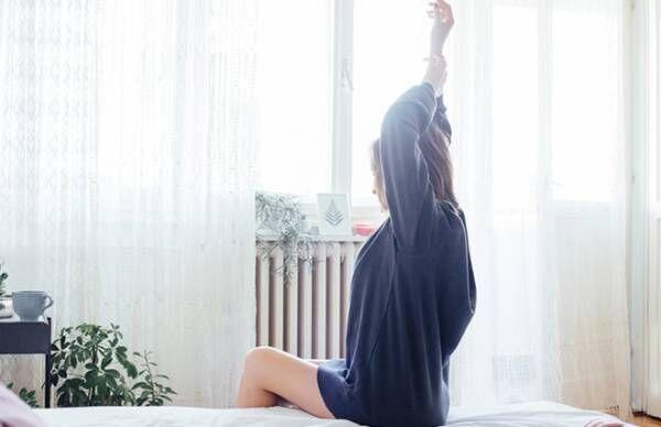 朝起きるのがつらい…ベッドでできるスッキリ目覚めツボ押しヨガ【鍼灸師が教える】