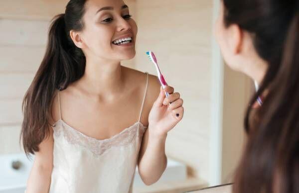 歯の黄ばみは唾液の力で防ぐ…自分でケアする方法【歯科医が教える】