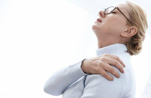 リンパケアで巻き肩・肩コリ・姿勢を改善…コツは腕の外回転【専門家が教える】