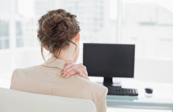 パソコン、カバンの持ち方、雑巾がけ…日常生活でできる肩こりリンパケア【専門家に聞く】