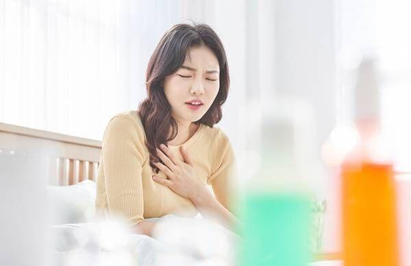 寝ると胸やけがつらい! 逆流性食道炎を軽減する4つの就寝中の姿勢とは?【専門医に聞く】