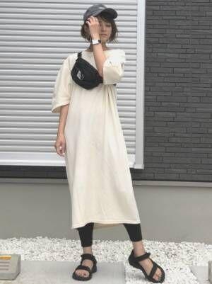 白のカットワンピを着た女性