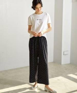 白のチビロゴTシャツにドット柄のワイドパンツを合わせた女性
