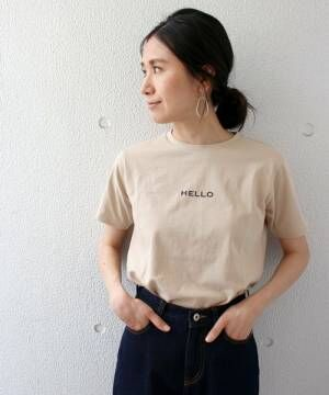 ちびロゴTシャツに黒パンツを履いた女性