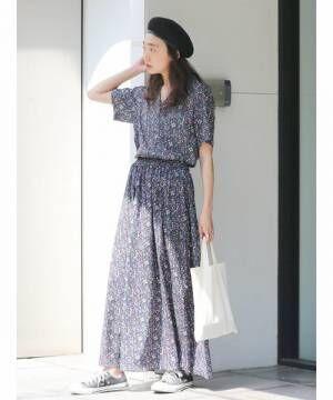 花柄ワンピースにベレー帽をかぶった女性