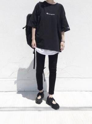 黒のビッグTシャツに白のインナーを仕込んで、黒スキニーを合わせた女性
