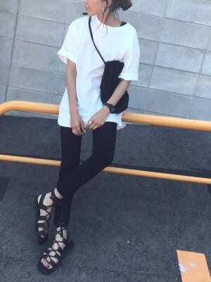 白のビッグTシャツに黒スキニーを合わせた女性