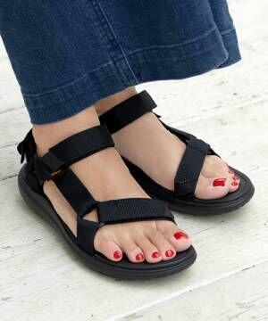 tevaの黒いスポサンを履いた女性の足